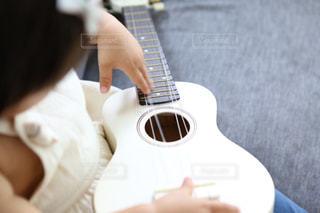 ギターを持っている人の写真・画像素材[1537615]