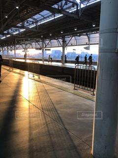 駅のホームに夕陽が差し込むの写真・画像素材[1537720]