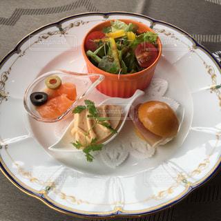 テーブルの上に食べ物のプレートの写真・画像素材[1394310]