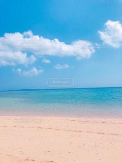 海の横にあるビーチの写真・画像素材[1370528]