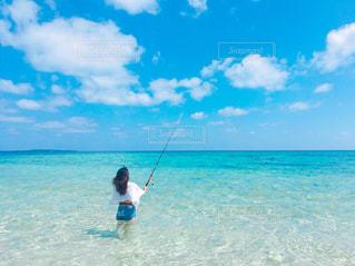 海の中で釣りをする女の写真・画像素材[1370649]
