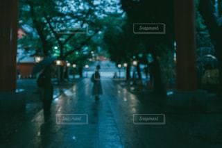 雨の神社と人の影の写真・画像素材[2267398]