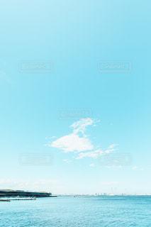 晴天と穏やかな青い海の写真・画像素材[2267400]