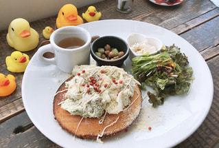 テーブルの上に食べ物のプレートの写真・画像素材[1373098]