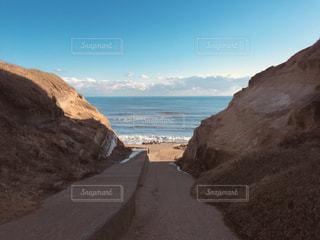 崖の合間の海の写真・画像素材[1372229]