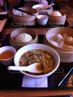 テーブルの上に食べ物のボウルの写真・画像素材[1372614]