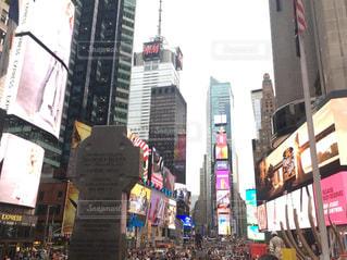 混雑した街の通りバック グラウンドでタイムズ ・ スクエアの高層建物に囲まれていますの写真・画像素材[1372863]