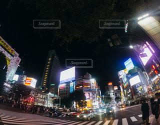 近くに夜の忙しい街のアップの写真・画像素材[1521779]
