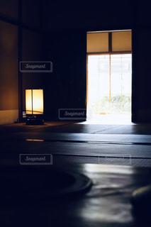 暗闇に差し込む光の写真・画像素材[3113363]