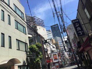 路地裏のビルから見える青い空の写真・画像素材[1385000]