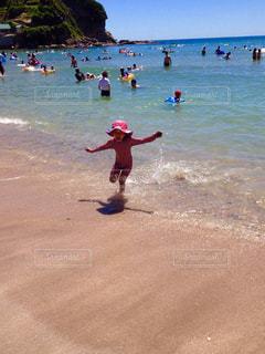 海にはしゃぐ子どもの写真・画像素材[1376312]