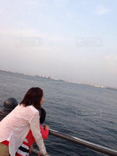 海を見る親子の写真・画像素材[1379723]