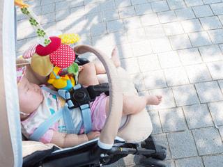 公園でベビーカーで眠る赤ちゃんの写真・画像素材[1374529]