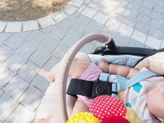 公園でベビーカーで眠る赤ちゃんの写真・画像素材[1374530]