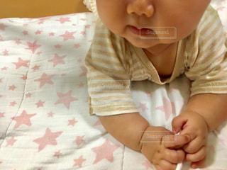 星のマットの上にうつ伏せする赤ちゃんの写真・画像素材[1375100]