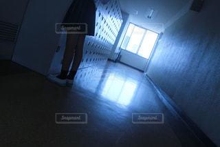 暗い部屋のベッドの写真・画像素材[1411122]