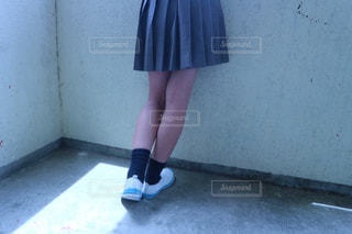 建物の前に立っている青いドレスを着ている女性の写真・画像素材[1411124]