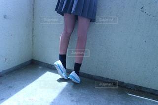 建物の前に立っている青いドレスを着ている女性の写真・画像素材[1411126]