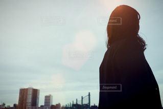 日没の前に立っている人の写真・画像素材[1692795]