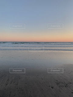 夕焼けのビーチの写真・画像素材[3256791]