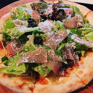 おいしいサラダピザの写真・画像素材[1374997]