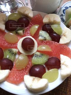 皿の上のフルーツデザートの写真・画像素材[1381622]