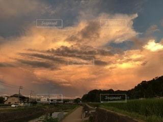 燃えるような空の雲の写真・画像素材[1404807]