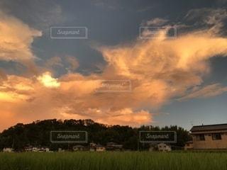 燃えるような雲の写真・画像素材[1404808]
