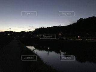 夕暮れの川面と山の端の写真・画像素材[1415698]