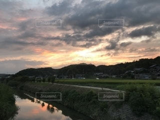 夕暮れの川面の写真・画像素材[1428983]