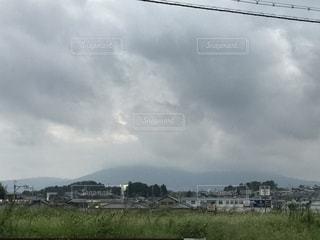 雲に隠れる生駒山の写真・画像素材[1456524]