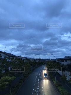 雨雲が厚い夕暮れの写真・画像素材[1499384]