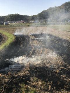 野焼きの煙の写真・画像素材[1570304]