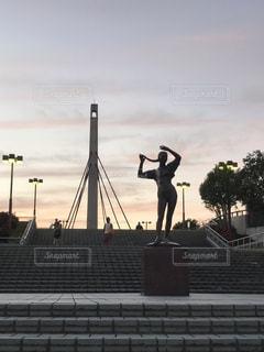 夕暮れの駅前の彫刻像の写真・画像素材[1657091]