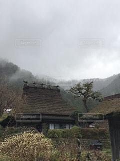 かやぶきの家と山霧の写真・画像素材[1669551]