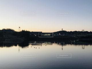 夕暮れの池の水面の写真・画像素材[1737702]
