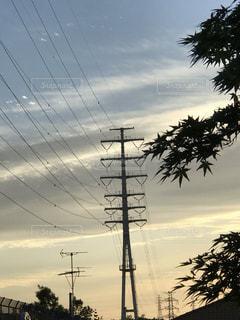 夕暮れの送電鉄塔の写真・画像素材[2142839]