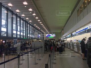 空港で荷物を待っている人達の写真・画像素材[1450214]