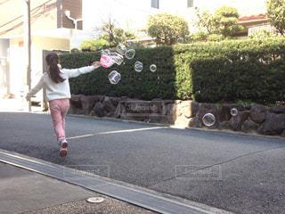 シャボン玉で遊ぶ子どもの写真・画像素材[1450777]