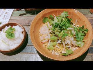 テーブルの上に食べ物のボウルの写真・画像素材[1376419]