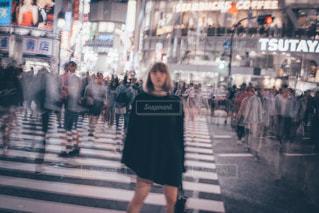 街の通りを歩いている人のグループの写真・画像素材[1376515]
