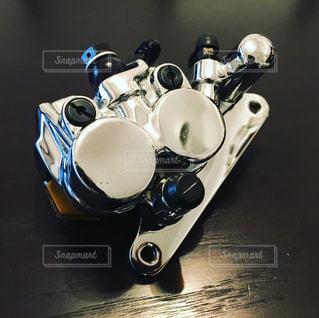 テーブルに座っているオートバイの写真・画像素材[1375542]