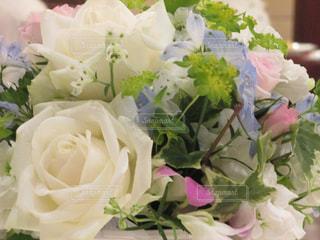 テーブルの上の花の写真・画像素材[1379649]