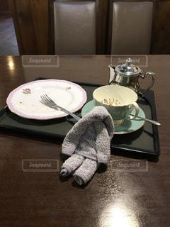 木製テーブルの上のケーキセットのおしぼりの写真・画像素材[1464990]