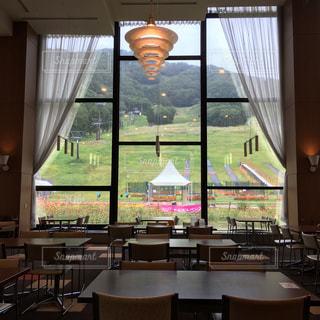 大きな窓とテーブルの写真・画像素材[1376739]