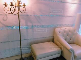 白基調のソファとスタンドライトの写真・画像素材[2169849]