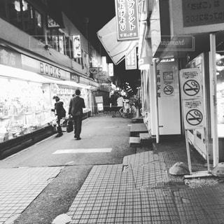 店の前の歩道を歩いて人々の写真・画像素材[1376437]