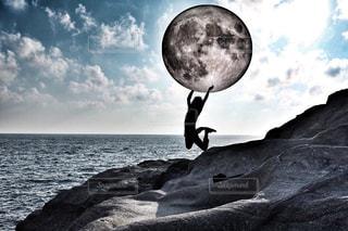 月を投げるの写真・画像素材[1379986]