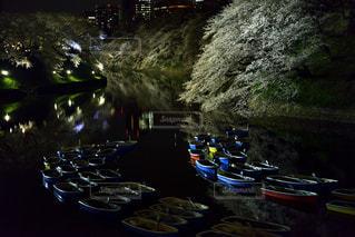 川の上に座っている駐車中のオートバイの行の写真・画像素材[1558989]