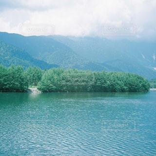 背景の山と水体の写真・画像素材[1564952]